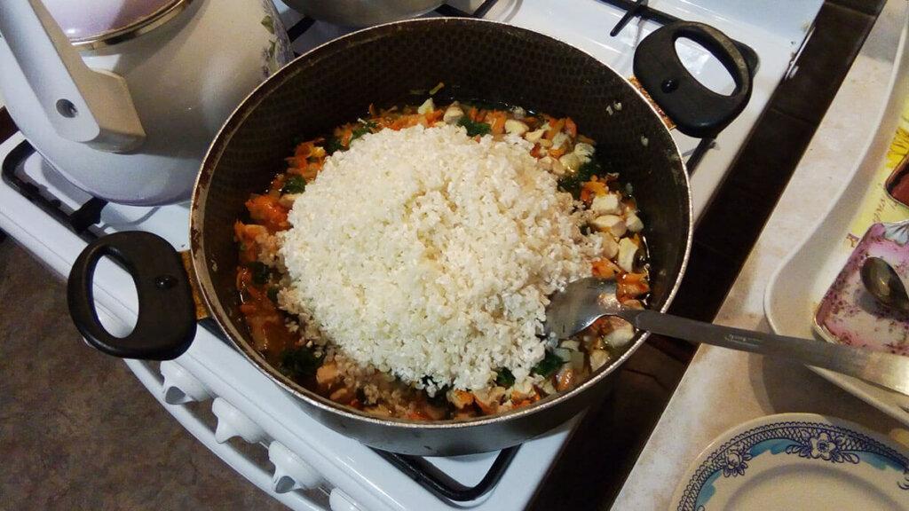 Добавляю в плов рис