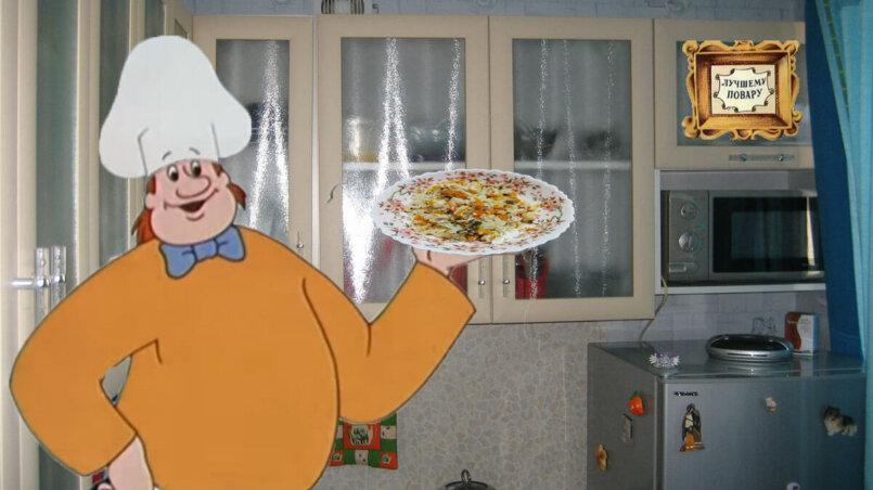 Шеф повар подает плов